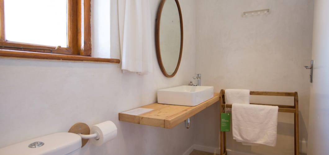 Das Bad ist schlicht und klassisch gehalten...