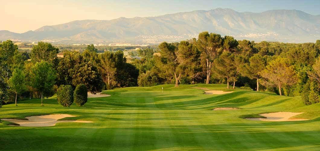 Breite Fairways und einige Hindernisse machen den Platz zu einer attraktiven Herausforderung. (Foto: Golf Holiday Italy)