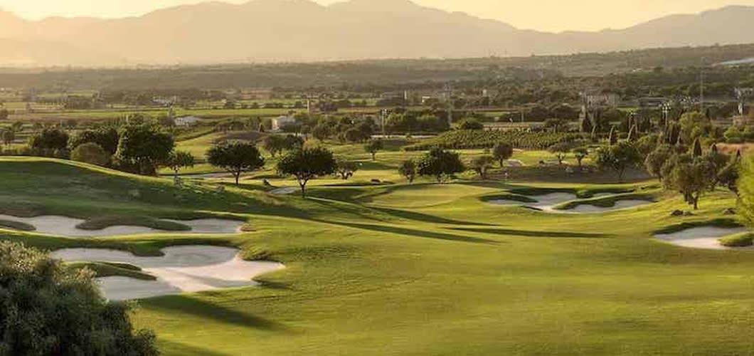 Die Finca liegt unweit von vielen Golfplätzen Mallorca, so zum Beispiel Golf Cap de Pera. Auch der Platz Golf Son Gual liegt unmittelbar vor der Haustür. (Foto: Son Gual)
