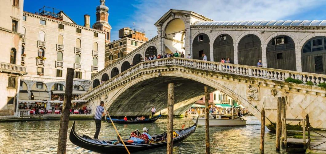 Ein Ausflug nach Venedig ist inklusive. Besuchen Sie die Rialto Brücke... (Foto: Musement)
