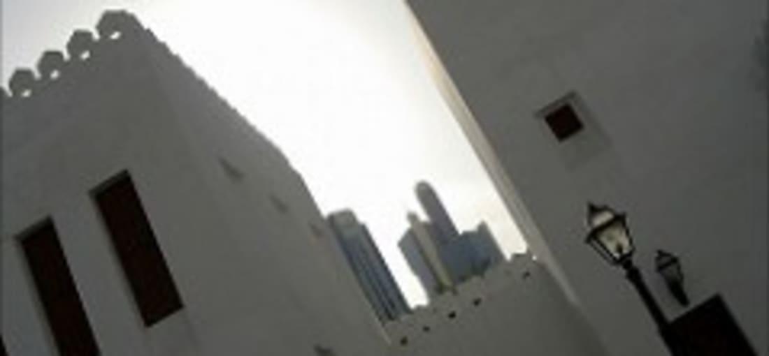 <h2>Historische Spuren: Qasr Al Hosn</h2> Die erste dauerhafte Siedlung des Emirates ist ein eindrucksvolles kultruelles Erbe. Errichtet aus Korallen und Muscheln wurden für den Bau Werkstoffe aus dem Meer verwendet. Einst bot der im Sonnenlicht glänzende Wachtturm Seefahrern wichtige Orientierung bei der Navigation. Aktuell wird Qasr Al Hosn aufwendig restauriert. Den Scheichs sind also nicht nur ihre Wolkenkratzer wichtig.<br>(Foto: flickr/Dr. JanosKorom)