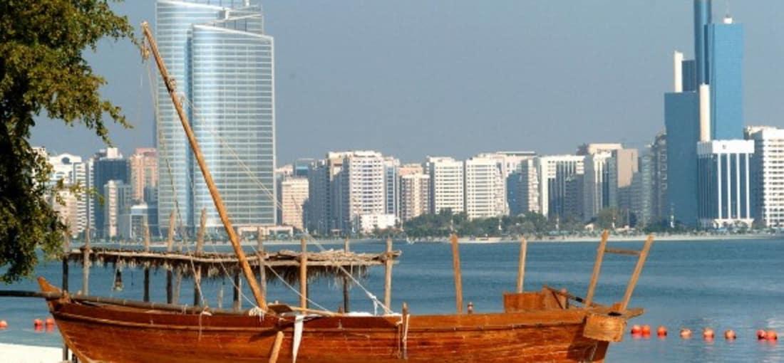 <h2>Hoch hinaus</h2> Die Scheichs und ihr Faibel für Wolkenkartzer. Ein wahrer Baurausch führte dazu, dass sich die Skyline von Abu Dhabi in den letzten Jahren grundlegend gewandelt hat. Inzwischen reiht sich ein Wolkenkratzer an den nächsten und weitere sollen folgen. Früher baute man im Emirat noch ganz anders und die Fischerei stand an der Küste im Vordergrund. <br>(Foto: Getty)