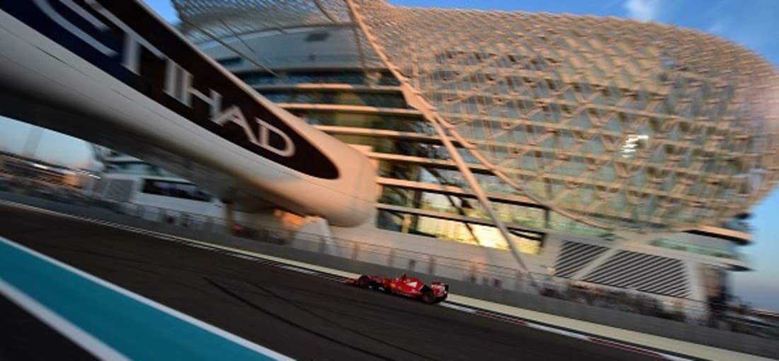 <h2>Formel 1 in Abu Dhabi</h2> Neben Tieren und Golf gehören auch schnelle Autos zur Leidenschaft der Scheichs. Kein Wunder, dass alle Hebel in Bewegung gesetzt wurden, um die Königsklasse des Rennsports ins Emirat zu holen. Seit 2009 gastiert die Formel 1 seither auf der Rennstrecke von Yas Marina. Auch hier hält übrigens ein Deutscher aktuell den Rekord der meisten Siege. Sebatian Vettel schoss schon dreimal als Erster ins Ziel (2009, 2010 und 2013). <br> (Foto: Getty)