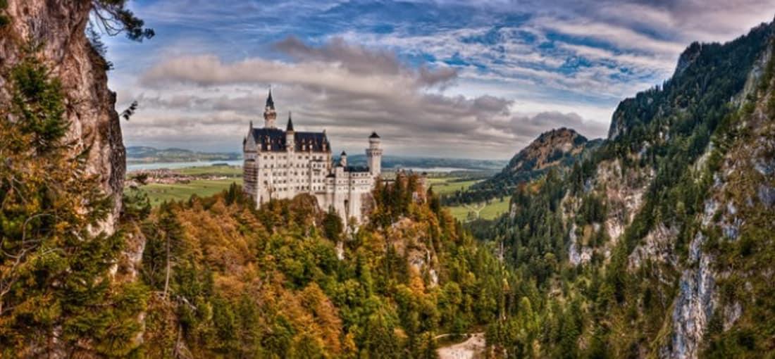 <h2>Schloss Neuschwanstein</h2> Das berühmteste Schloss von König Ludwig II ist eine der bekanntesten Sehenswürdigkeiten Deutschlands (Foto: flickr).