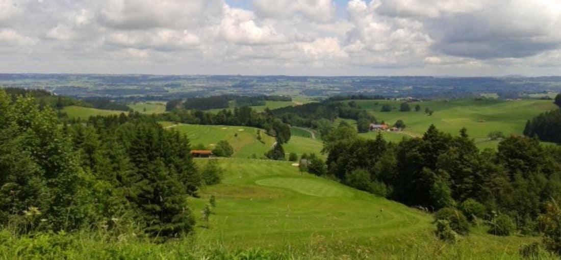 <h2>Höchster Abschlag Deutschlands</h2> In Wiggensbach schlagen Golfer vom höchsten Abschlag Deutschlands in 1011m Höhe ab (Foto: s.schöttl).