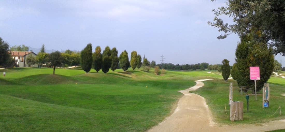 Das Golf Post Team hat es sich auch nicht nehmen lassen am Gardasee einmal Golf zu spielen. Dabei sind die nun folgenden Bilder entstanden. Schon hier zu sehen: Die Zypressenbäume. (Bild: Golf Post)