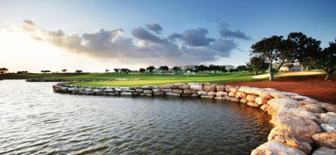 Dramatische Vorsprünge aus verwittertem Kalkstein stehen eindrucksvoll mit den dunkelgrünen Fairways in Kontrast. (Foto: Eléa Golf Club)