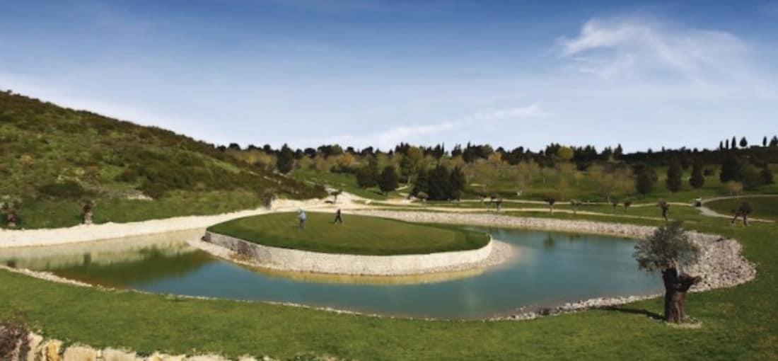 Auf einer Seehöhe von 550 Metern ist Minthis Hills ein Golfplatz für alle Jahreszeiten mit atemberaubender Bergsicht, wo man kühle Brisen sogar während der Sommerzeit genießen kann. (Foto: Minthis Hills Golf Club)