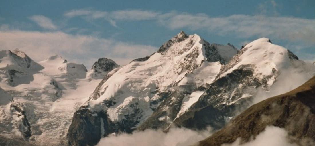 <h2>Rekordhalter und Grenzgänger</h2> Der höchste von ihnen ist der Piz Bernina mit 4.049 Metern. Er ist der einzige 4000er der Ostalpen. Über die Berge der Berninagruppe verläuft die Grenze zwischen der Schweiz und Italien. (Foto: flickr.com/Armin Vogel)