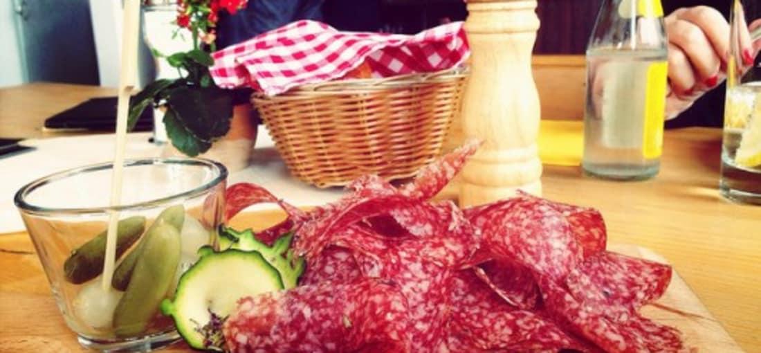<h2>Kulinarische Köstlichkeiten</h2> Zum Beispiel Salsiz, eine Spezialität des Kantons Graubünden. Salsiz ist eine luftgetrocknete oder geräucherte Rohwurst, welche meist aus Schweinefleisch hergestellt wird. Neben Bündnerfleisch ist Salsiz die bekannteste Köstlichkeit Graubündens. (Foto: flickr.com/hpoberlin)
