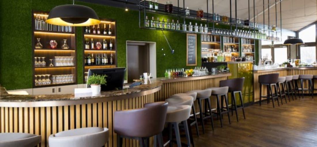 """Die Bar der """"Genusswerkstatt"""" im sportlichen Design."""