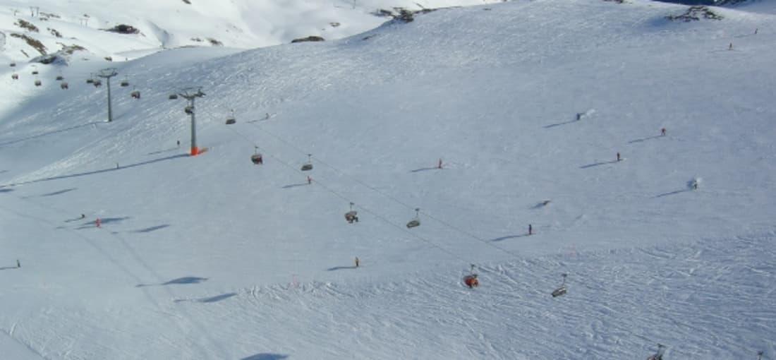 Blick aus der Gondel auf die breiten Pisten von Davos und Klosters (Foto: clukes)