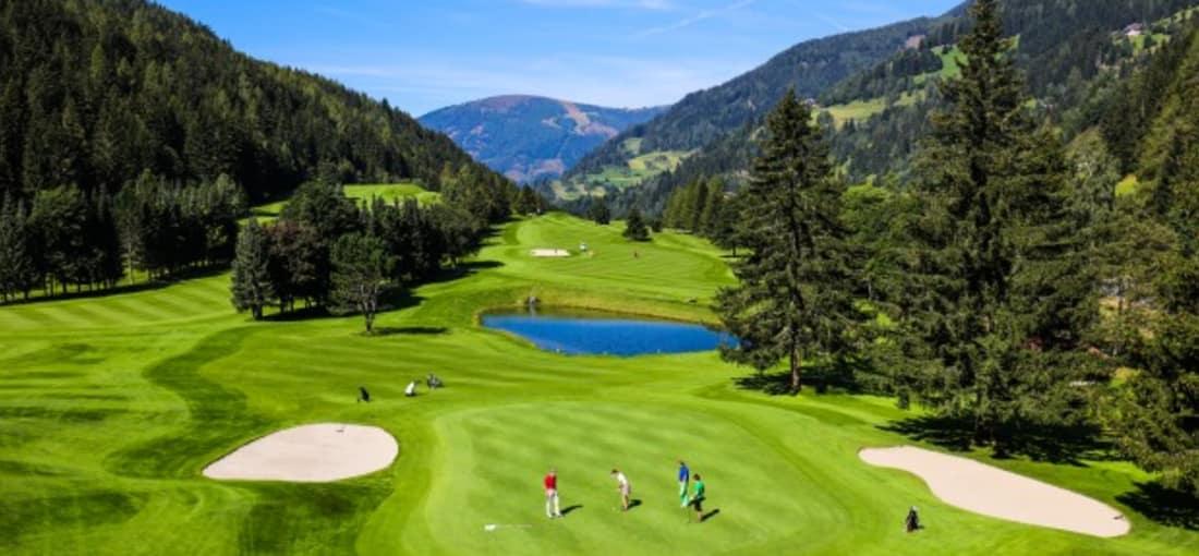 """<h2>Golfanlage Kaiserburg Bad Kleinkirchheim</h2> Ob für Anfänger oder Könner, die Golfanlage Bad Kleinkirchheim zählt zu den renommiertesten in Österreich. Der auf 60 Hektar errichtete und von Don Harradine mit viel Gefühl ins Bad Kleinkirchheimer Tal gezirkelte 18-Loch-Championplatz """"Kaiserburg"""" bietet so ziemlich alles, was das Golferherz begehrt. Ein lang gestreckter, anspruchsvoller und sportlicher Platz bei satten hügeligen 6.006 Metern. In einer klassischen 8er-Schleife angelegt, bietet er sehr breite Fairways, schnelle Greens und sehr abwechslungsreiche Löcher. Macht nicht nur auf der Skipiste gute Figur: Olympiasieger Franz Klammer, der auf seinem """"Hausplatz"""" gerne zum Schwung ausholt. (Foto: Kärnten)"""