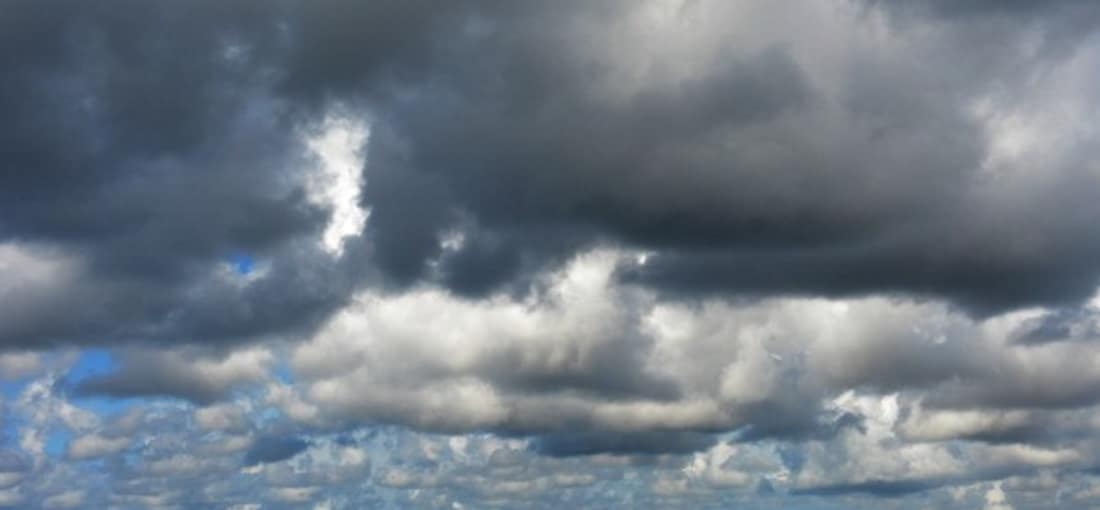 <h2>Reetdachhäuser</h2> Typisch für die Region sind die schönen Reetdächer auf den Häusern. Das Nordseewetter kann auch mal etwas rauer sein. Davon lässt man sich aber nicht unter kriegen und kann im Warmen eine Friesentorte essen und Kaffee trinken (Foto: getty).