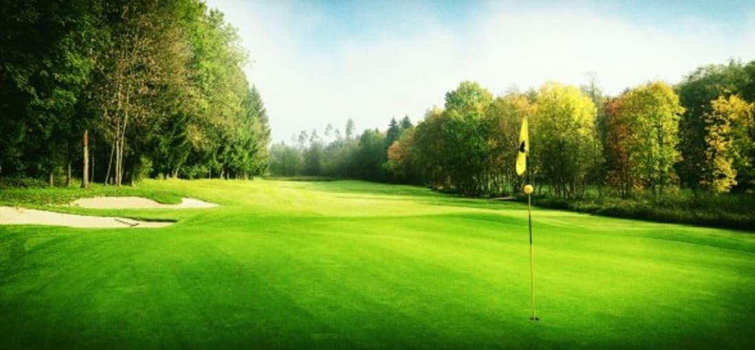 Auf gut gepflegten Fairways und Grüns können die 18 Loch des Clubs genossen werden. (Foto: Studio Fasching)