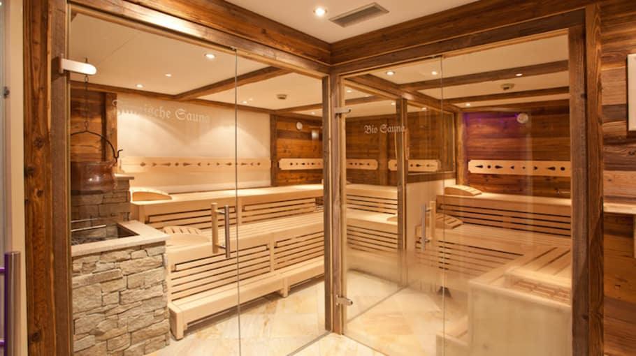 Zum großzügigen Wellnessbereich des Hotels gehören ein Außenpool, ein Saunarium mit Infrarotkabine und Dampfbad, ein Ruheraum und eine Garten- und Terassenlandschaft. (Foto: Hotel Berner)
