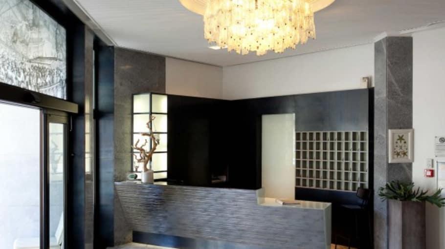 An der modern gestalteten Rezeption werden die Gäste empfangen. (Quelle: Hotel Ril)