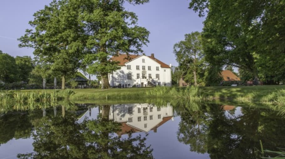 Das Clubhaus mit Blick auf den angrenzenden See (Foto: Gut Kaden)
