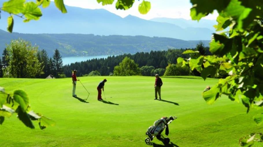 Golfplatz liegt direkt am Hotel und lädt über den ganzen Tag zu einer Runde Golf ein. (Foto: Das Moerisch)