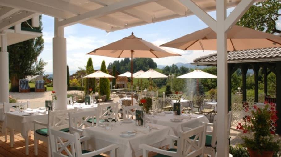 <h2>Großzügige Sonnenterrasse</h2>In diesem tollen Ambiente werden die kulinarischen Highlights des Hotels genossen. (Foto: Das Moerisch)