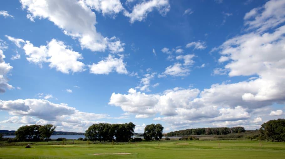 Erlebt ein herrliches Zusammenspiel aus Natur & Golf. (Foto: Landhotel Schloss Teschow)