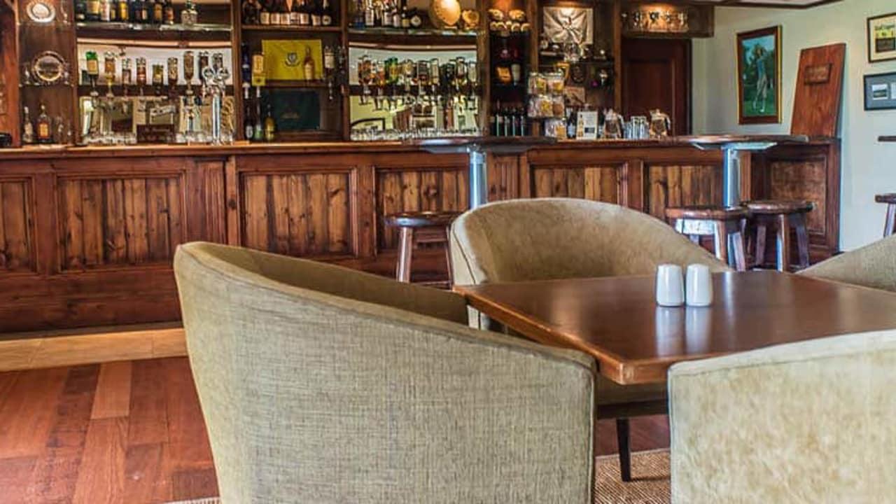 An der hauseigenen Bar lässt sich bei jeder Wetterlage ein Drink genießen (Foto: Gowrie Farm)