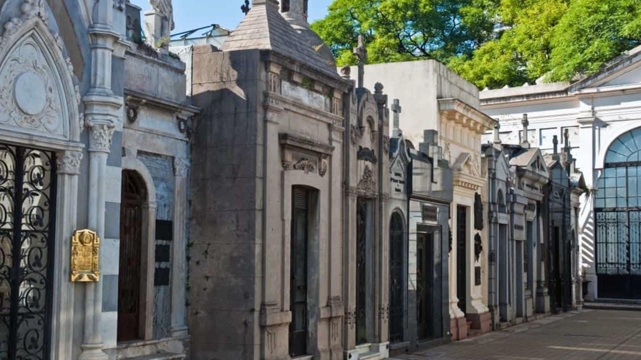 """Im nördlichen Teil der Stadt Buenos Aires auf dem Friedhof La Recoleta sind berühmte Persönlichkeiten wie beispielsweise die Sängerin des bekannten Songs """"Don't cry for me Argentina"""", Evita Peron, beigesetzt. Ein Spaziergang lohnt sich definitiv! (Foto: Sophisticated Golf Tours)"""