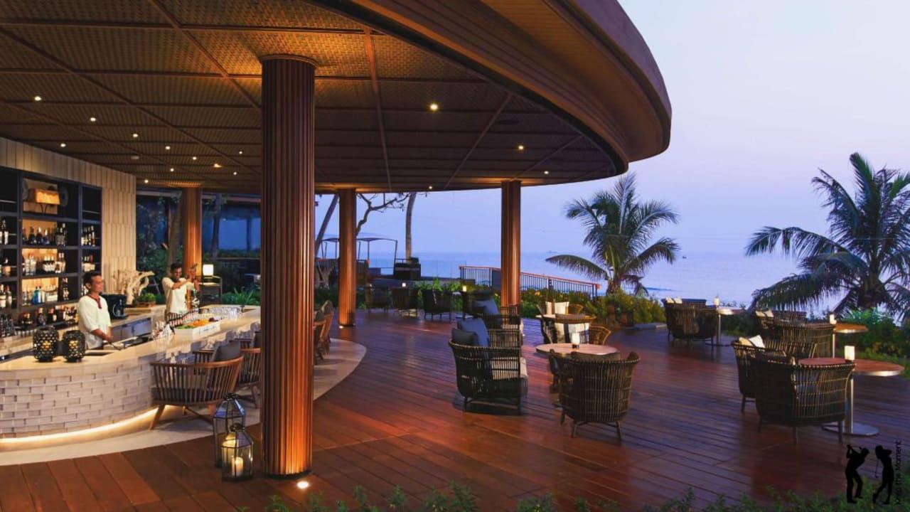Genießen Sie an der Bar den Sonnenuntergang mit Meerblick. (Foto: keepthemoment)
