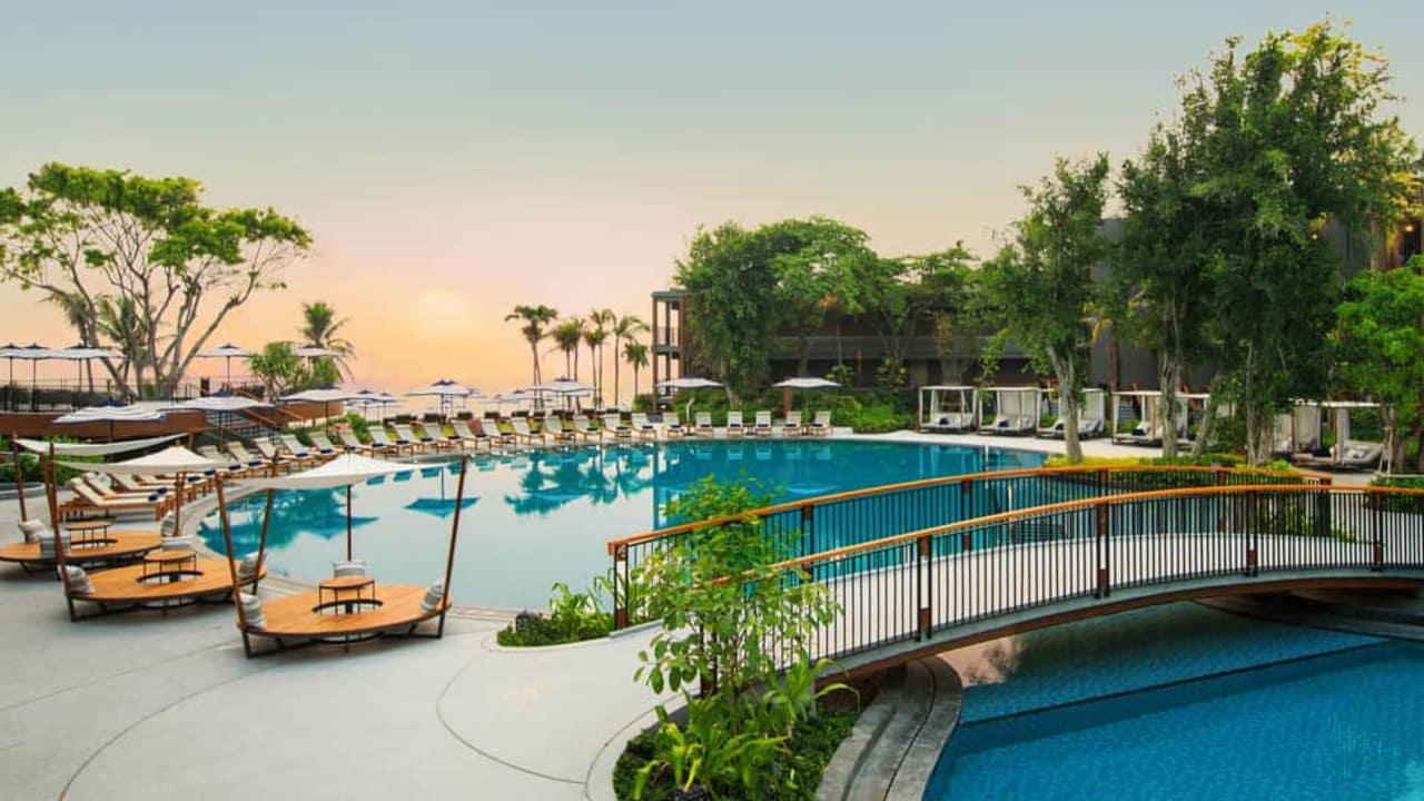 Der Pool des Hotels ist modern und großzügig gestaltet. (Foto: keepthemoment)