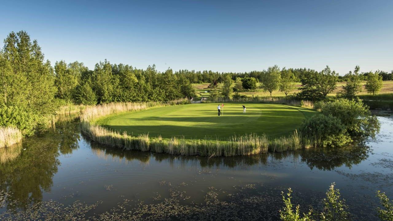 Ebenso dürfen Sie die Driving Range und die Übungseinrichtungen auf der Golfanlage Hohwacht kostenfrei nutzen und im Rahmen der GC Scharbeutz Turnierserie warten auf der Anlage auch spannende Events auf Sie. (Foto: Golfanlage Hohwacht)