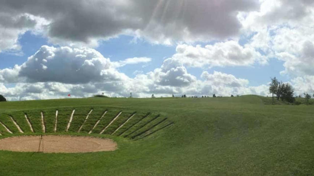 Das 11. Grün mit Bunker des Golfpark Rothenburg-Schönbronn. (Foto: 500% Golf; K. Grosse)