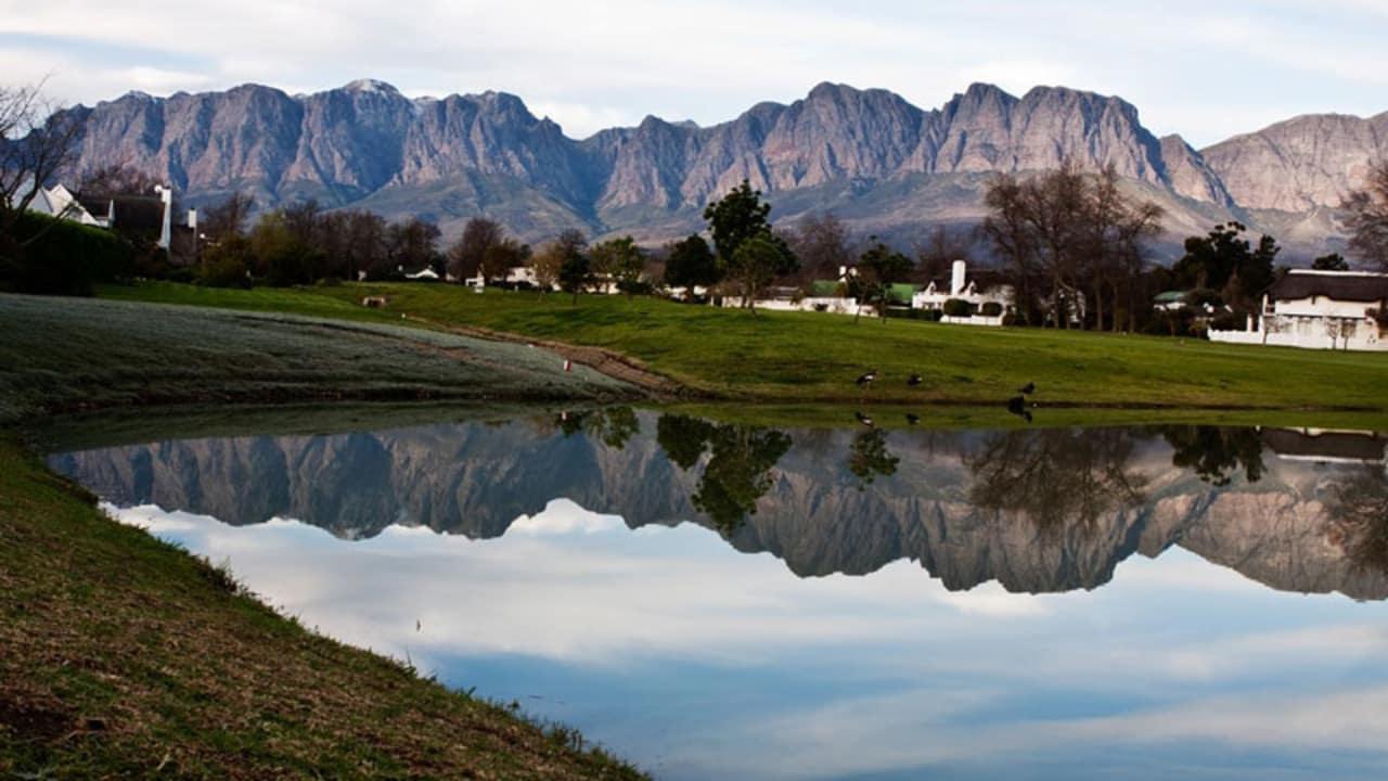 Vom Erinvale Golfclub hat man einen tollen Ausblick auf die Helderberg Mountains.