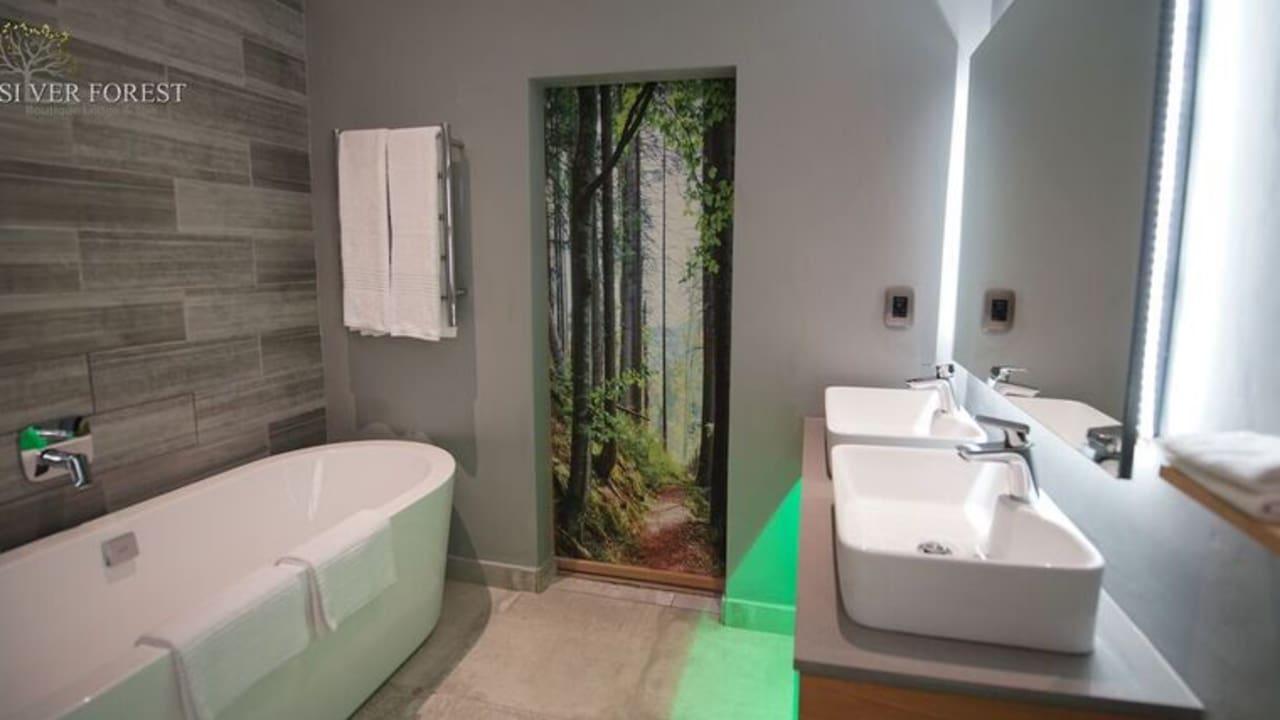 Das Badezimmer zeichnet sich durch modernes Design aus.