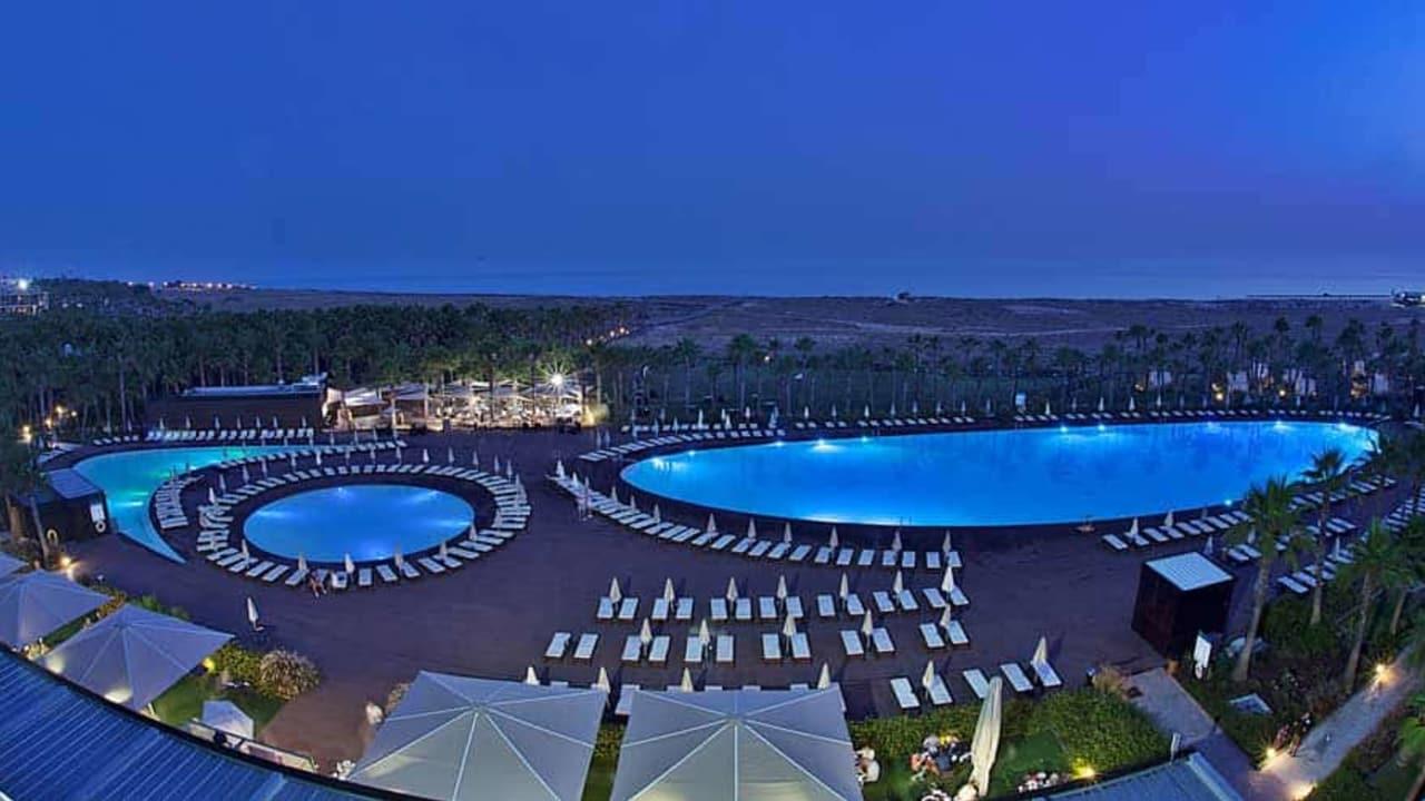 Auch bei Nacht können Sie die Aussicht genießen. (Foto: Vidamar Resort Hotel)