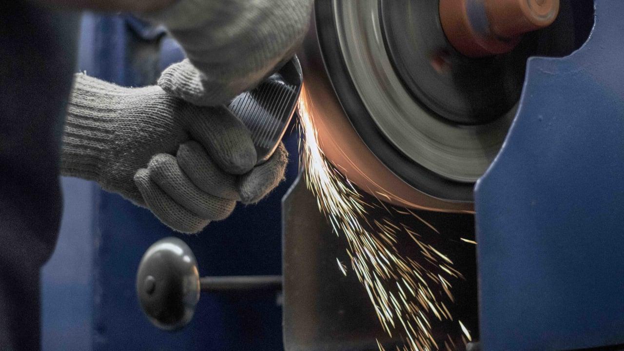Im ersten Schritt werden die Wedges poliert bzw abgeschliffen und in die gewünschte Raw-Form gebracht. (Foto: Cleveland)