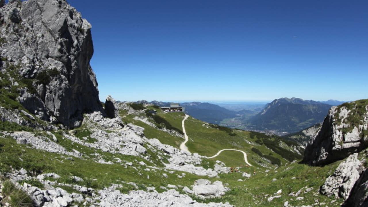 Die Alpen laden neben dem Golfen zu einer ausgiebigen Wanderung ein Foto: getty