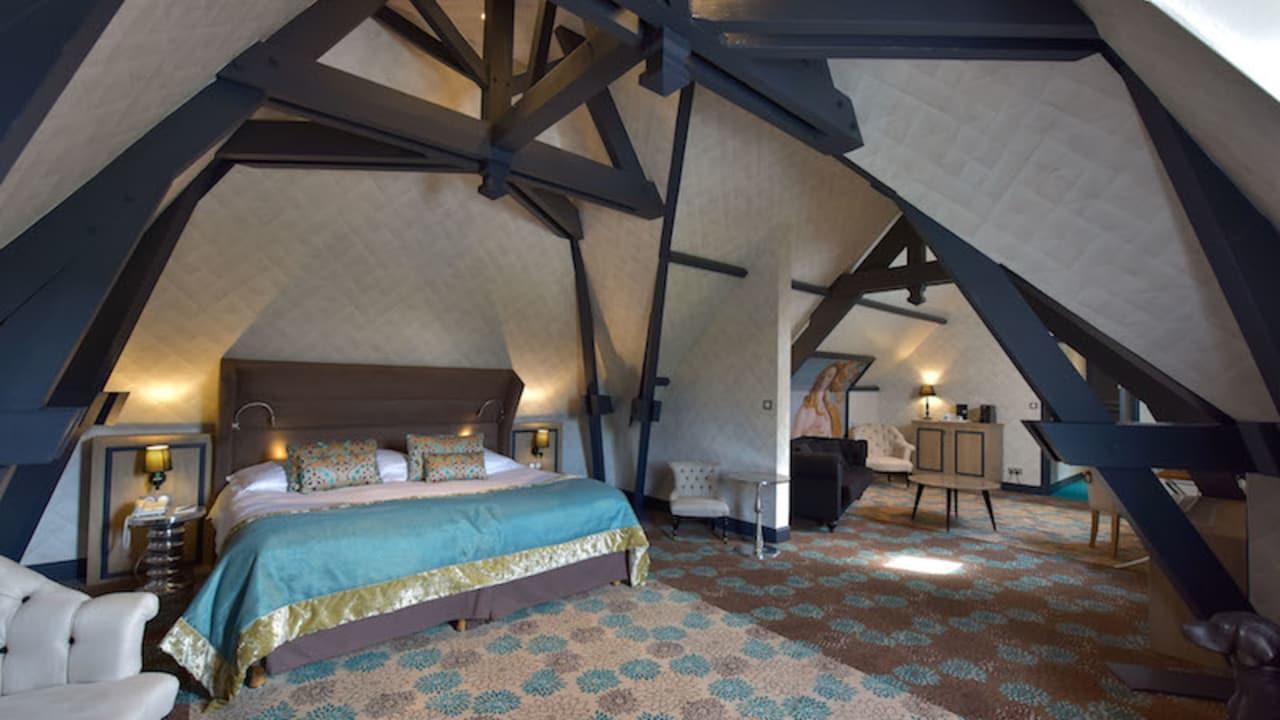 Das Hotel verfügt über drei Junior Suiten, die ein vom Schlafzimmer getrenntes Wohnzimmer und ein großes Badezimmer haben. (Foto: Hôtel Golf Château de Chailly)