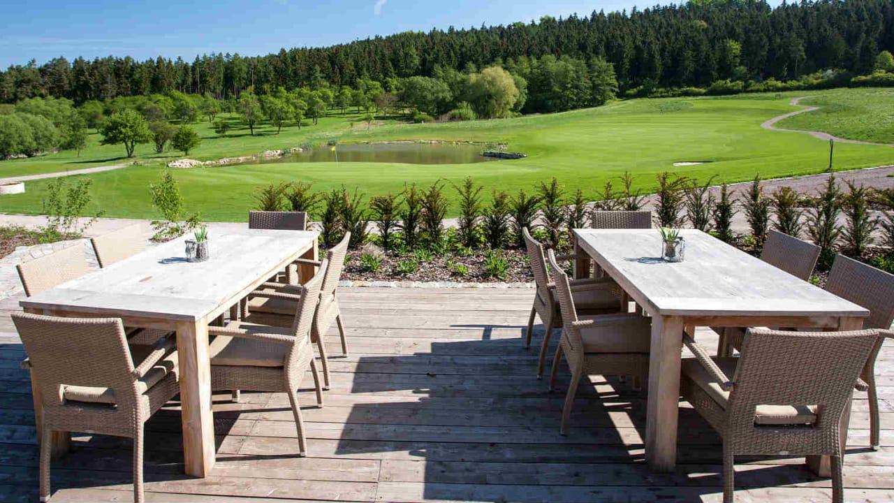 Schauen Sie von der Sonnenterrasse, bei einem leckeren Getränk, den anderen Golfern zu. (Foto: Spa & GolfResort Weimarer Land)