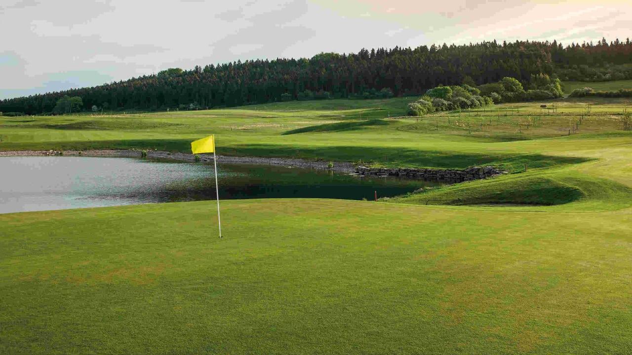 Der Feininger-Course wir begleitet von vielen Wasserhindernissen und Obstplantagen.  (Foto: Spa & GolfResort Weimarer Land)