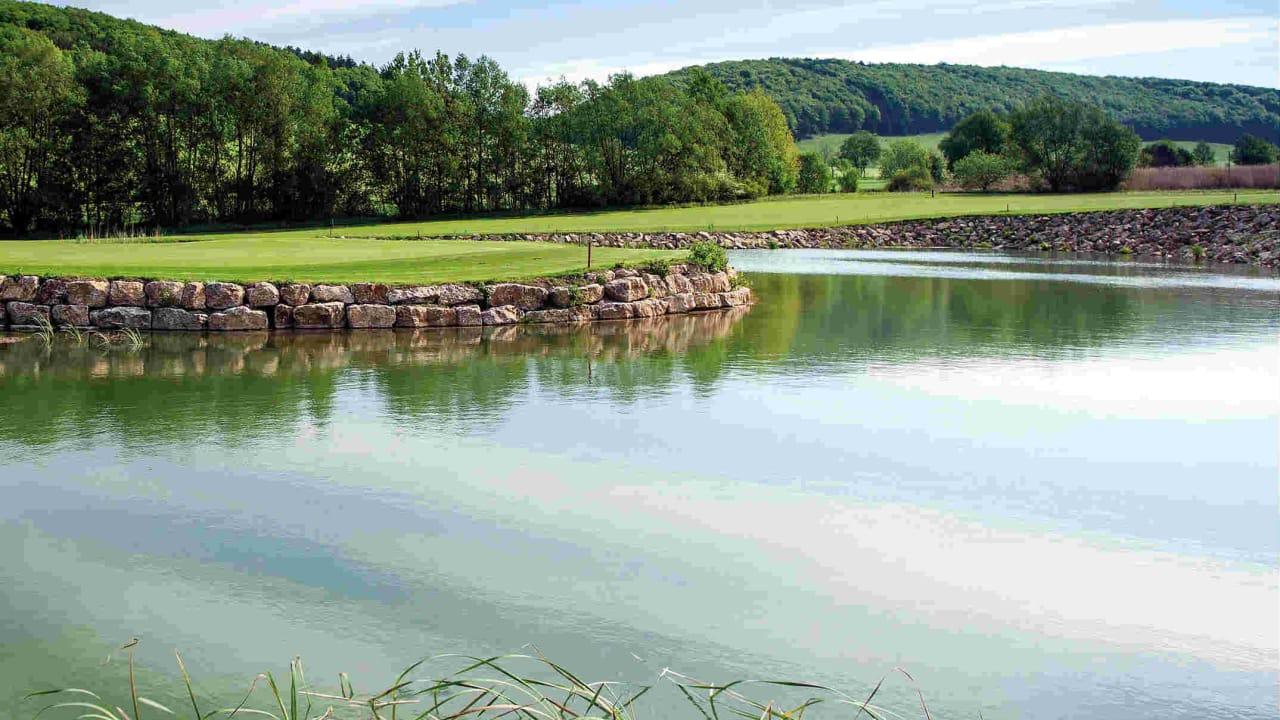 Auch am Goethe-Course lauern einige Wasserhindernisse. (Foto: Spa & GolfResort Weimarer Land)