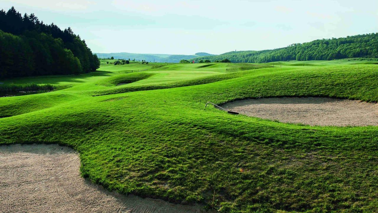 Geprägt wird der Goethe-Course aber durch hügelige Bahnen und einer Menge Bunker.  (Foto: Spa & GolfResort Weimarer Land)