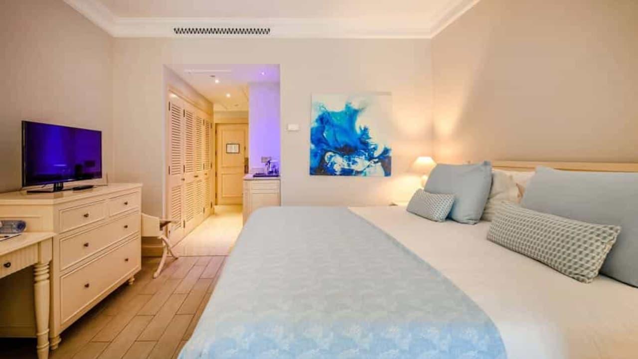 Die großen und stilvollen Hotelzimmer und Suiten des Hotels bieten einen hohen Standard und verfügen jeweils über ein separates Badezimmer, eine Minibar und einen Safe. (Foto: Aphrodite Hills Resort)