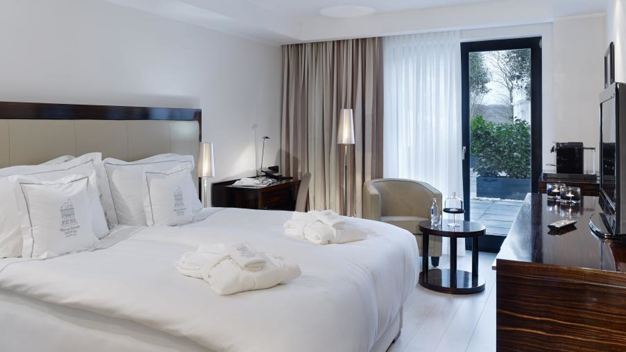 Ein anderes Doppelzimmer Beispiel im Erdgeschoss verfügt über einen Aufgang in den Garten. (Foto: Boutique Hotel Villa am Ruhrufer Golf & Spa)