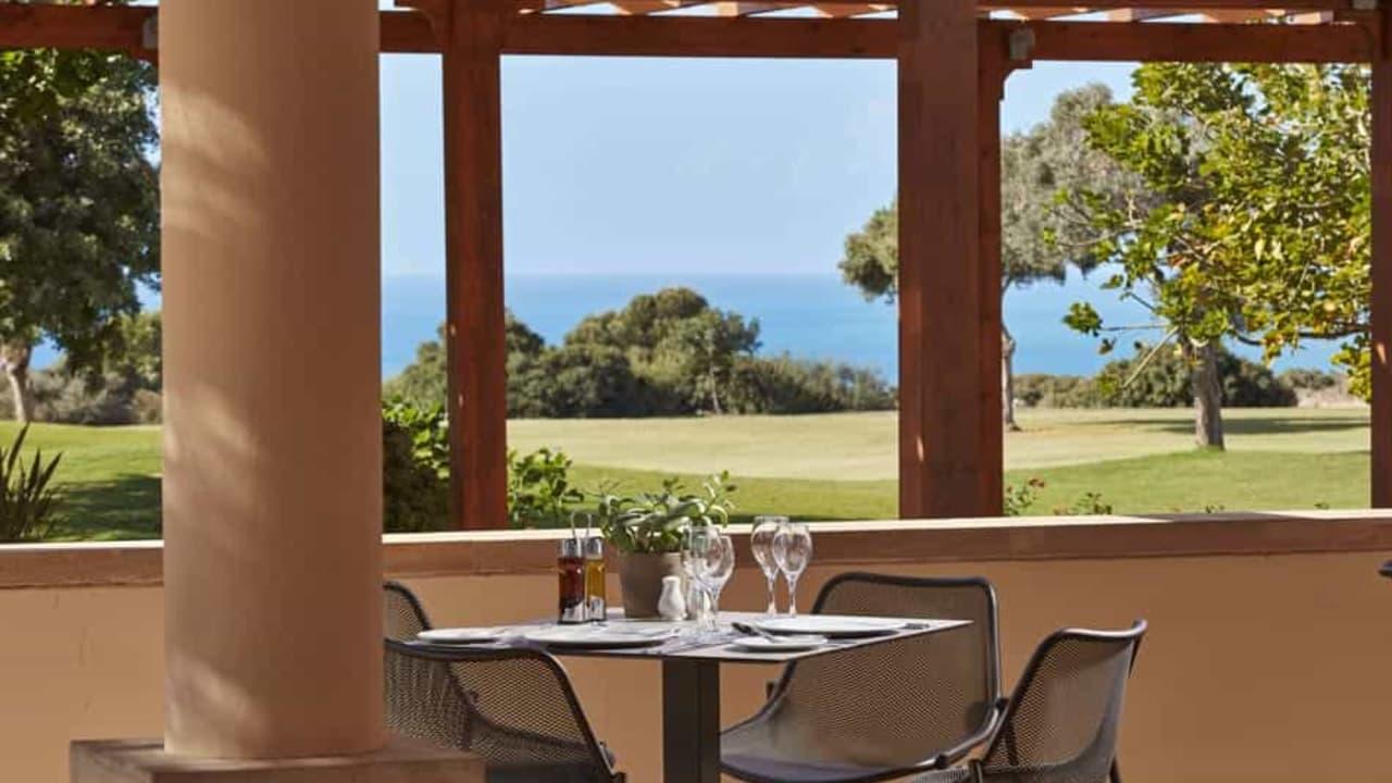 Oder genießen Sie einfach die schöne Aussicht und lesen auf der Terrasse ein spannendes Buch. (Foto: Aphrodite Hills Resort)