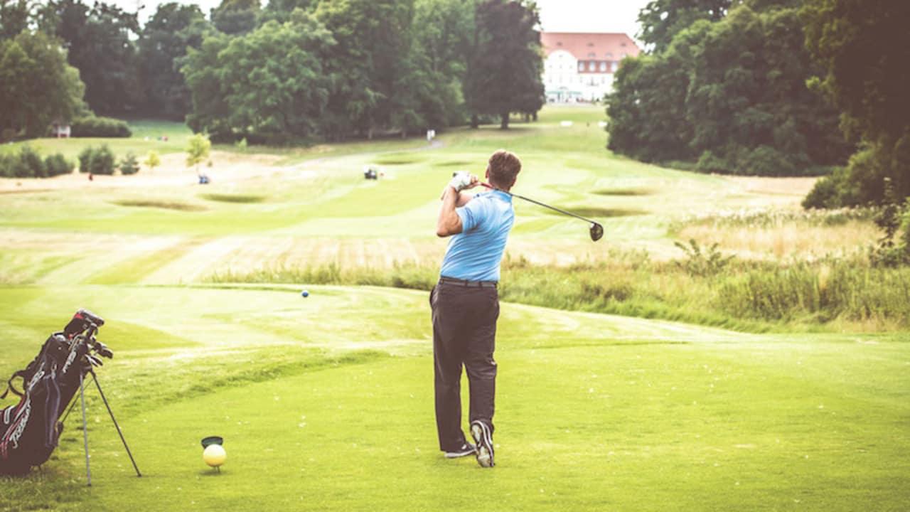 Golfen mit Blick auf das SCHLOSS Fleesensee. (Foto: SCHLOSS Fleesensee)