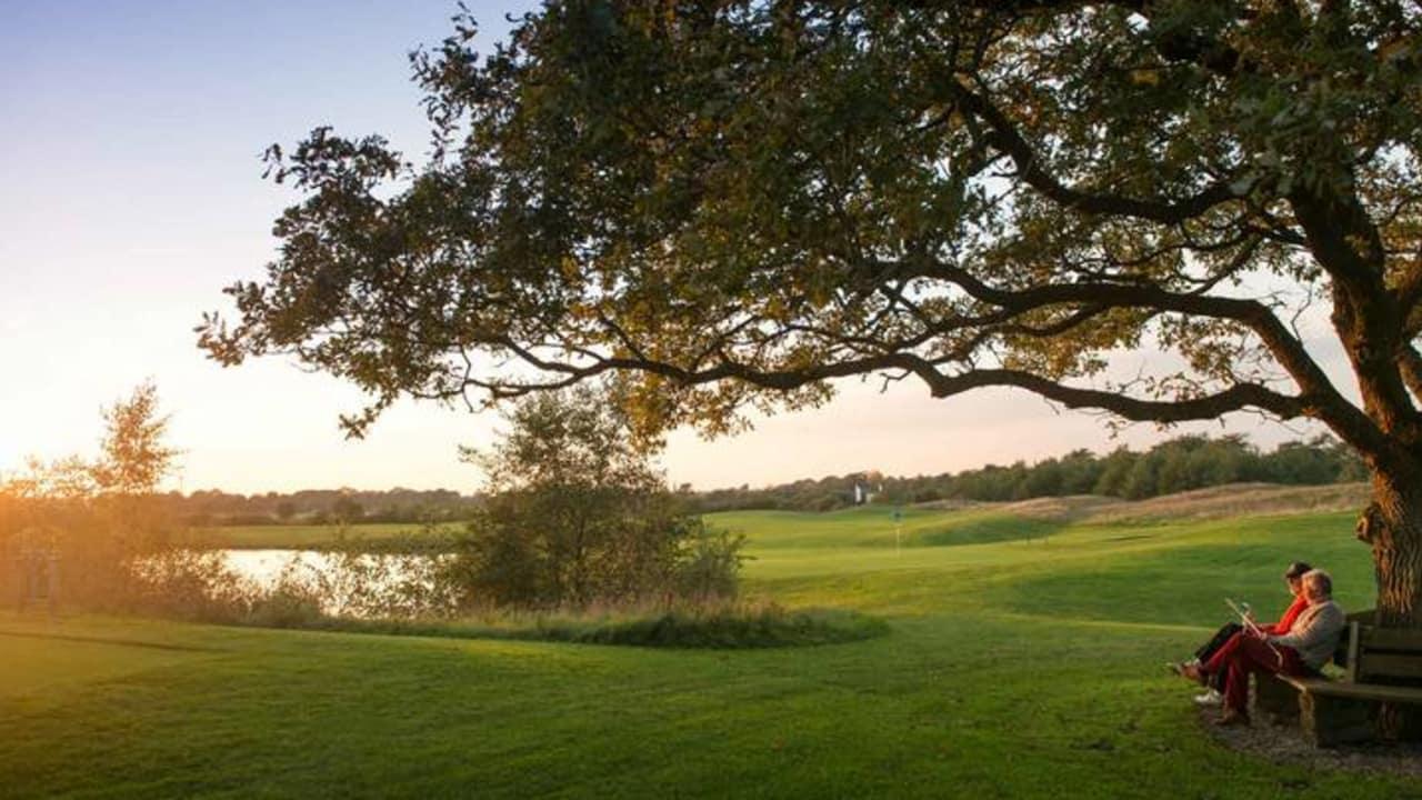 Sie sehnen sich nach einer kleinen Auszeit vom stressigen Alltag? Besuchen Sie Gut Apeldör. Freuen Sie sich auf eine tolle Golfanlage, ein gemütliches Restaurant und auf ein kleines exklusives Landhotel mitten in der Natur. (Foto: Gut Apeldör)