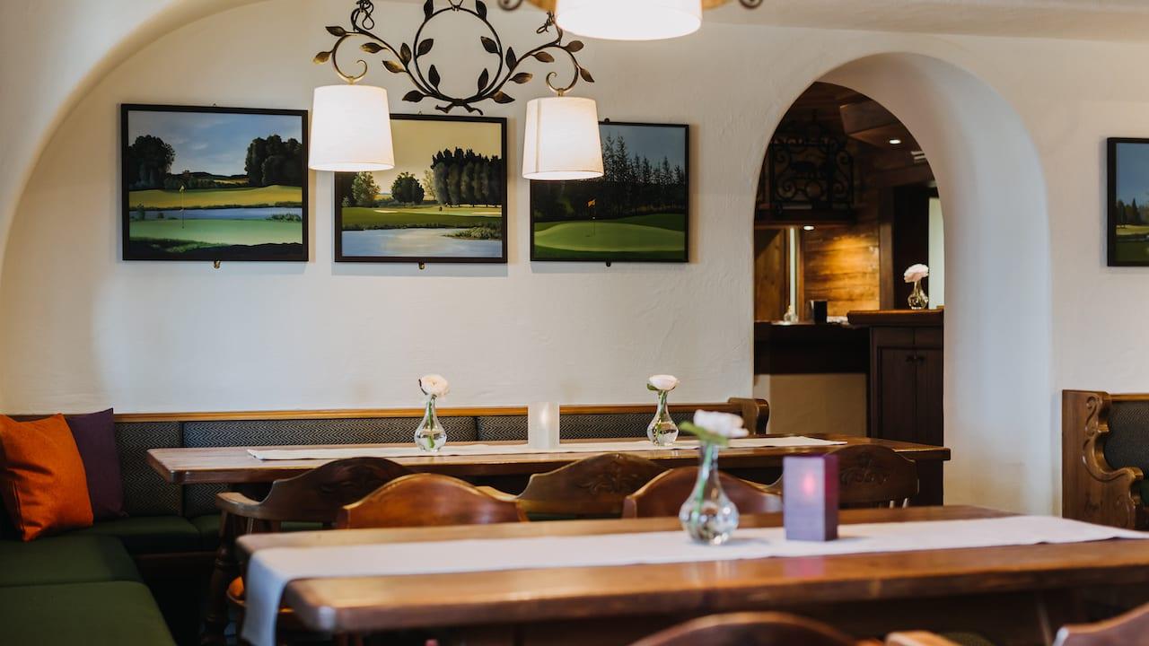 Nach der Runde ist vor der Runde. Im Golferstüberl kann man sich jederzeit mit Getränken erfrischen. (Bild: Gutshof Sagmühle)
