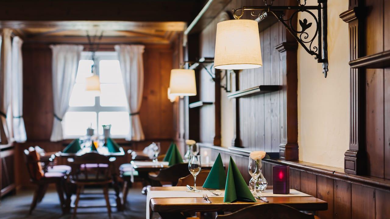 Erfreuen Sie sich an Kompositionen mit regionalem Bezug und neu interpretierten Klassikern der gehobenen Küche. Tauchen Sie ein in das nostalgische Flair dieses ehemaligen Gutshofes - ein reizvoller Ort, um erlesene Weine aus der umfangreichen Weinkarte zu genießen. (Bild: Gutshof Sagmühle)