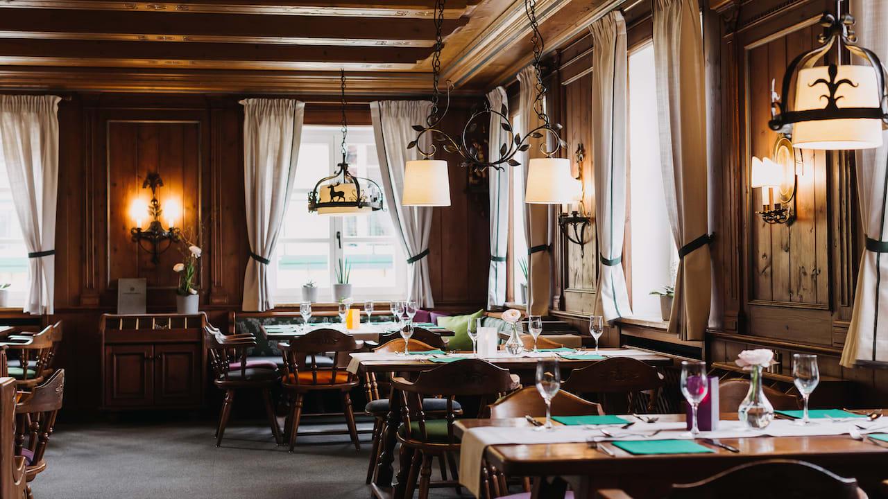 Tagsüber werden Sie mit der modernen, europäischen Küche, Kaffee und Kuchen verwöhnt und abends wird die Karte mit ausgesuchten Tagesspezialitäten erweitert. (Bild: Gutshof Sagmühle)