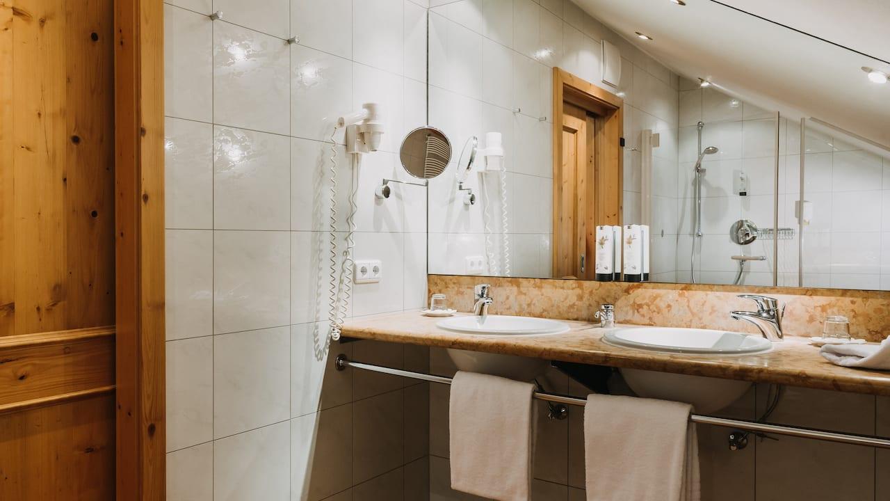 Jedes Zimmer verfügt über ein Badezimmer mit Dusche. (Bild: Gutshof Sagmühle)